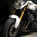 moto yamaha FZ8 blanc Parking de face gauche
